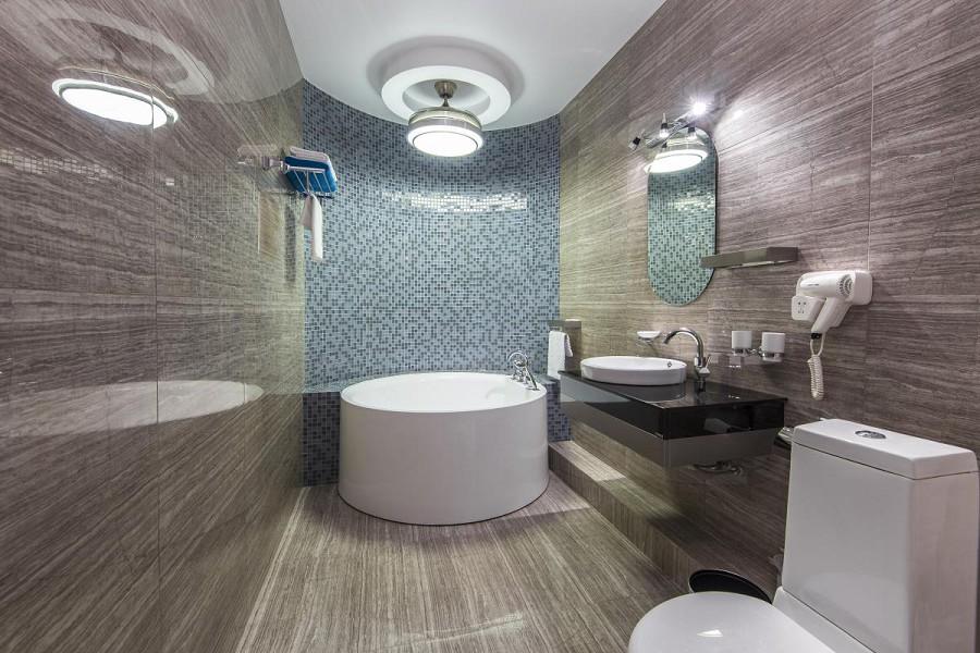 Туалетная комната номера Люкс в Sunrise Garden Hotel, Гагра, Абхазия