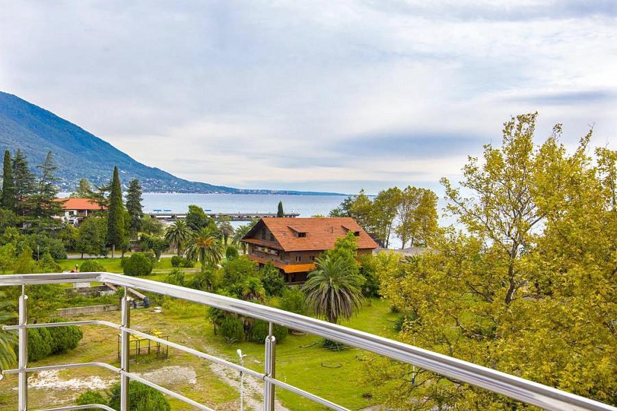 Вид с балкона на Комсомольский парк и море