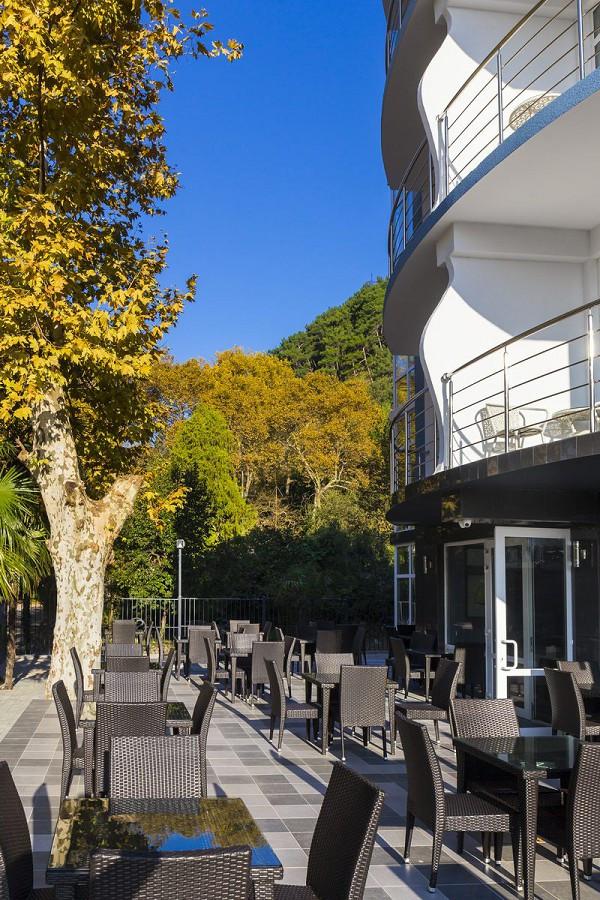 Терраса ресторана A-Story в Sunrise Garden Hotel, Гагра, Абхазия