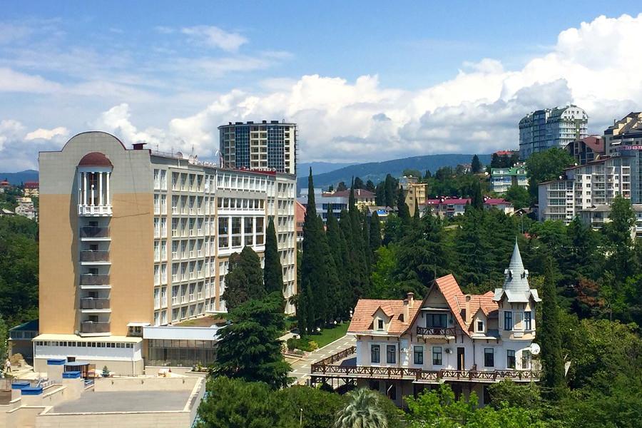 Вид на Главный и Административный корпус санатория Светлана, Сочи