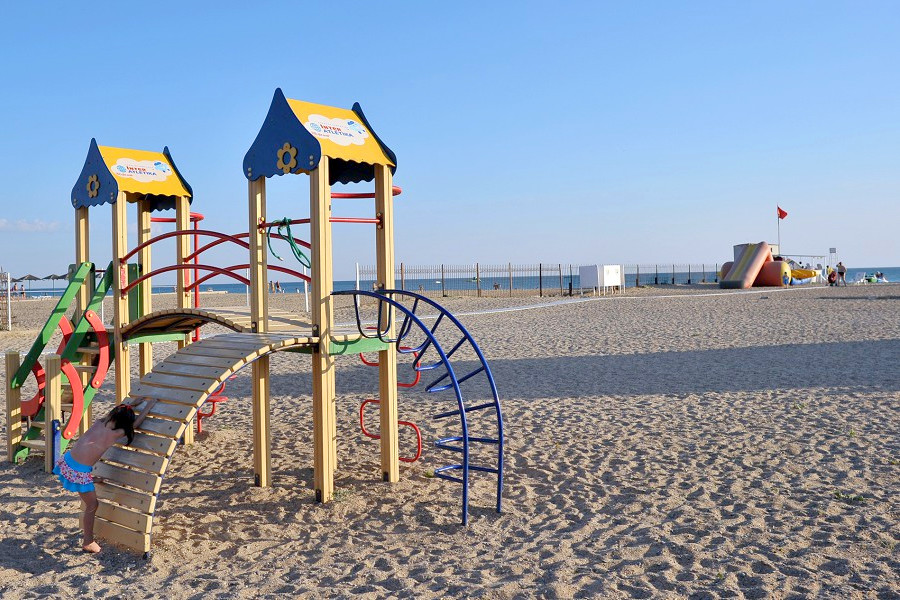 Детский городок на пляже пансионата Танжер