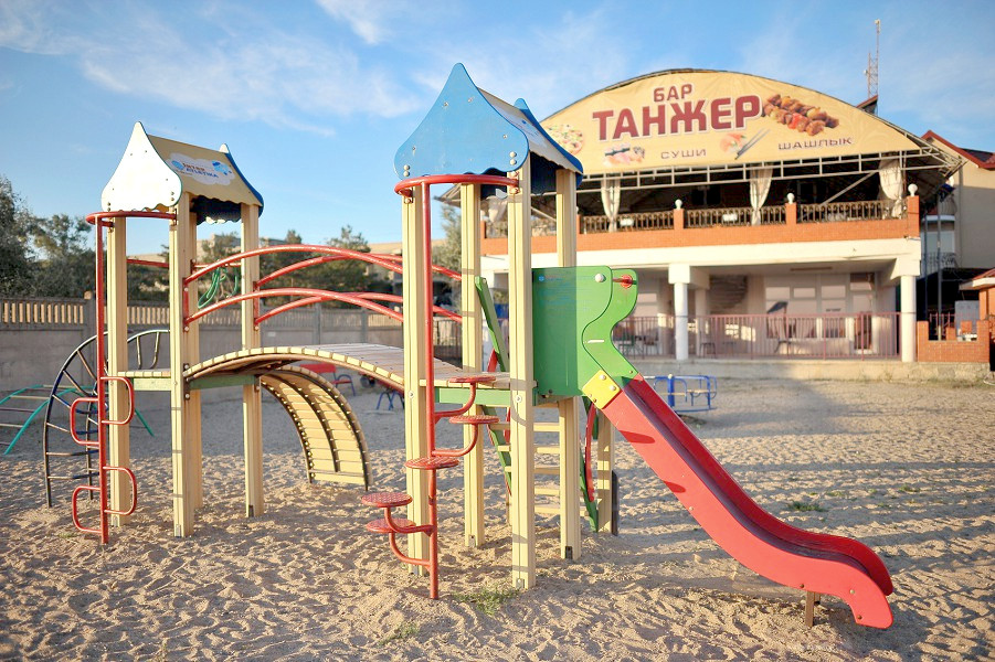 Детский городок и кафе на пляже пансионата Танжер