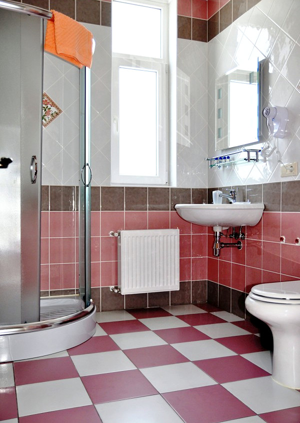 Туалетная комната Семейного номера в гостевом доме Тавр