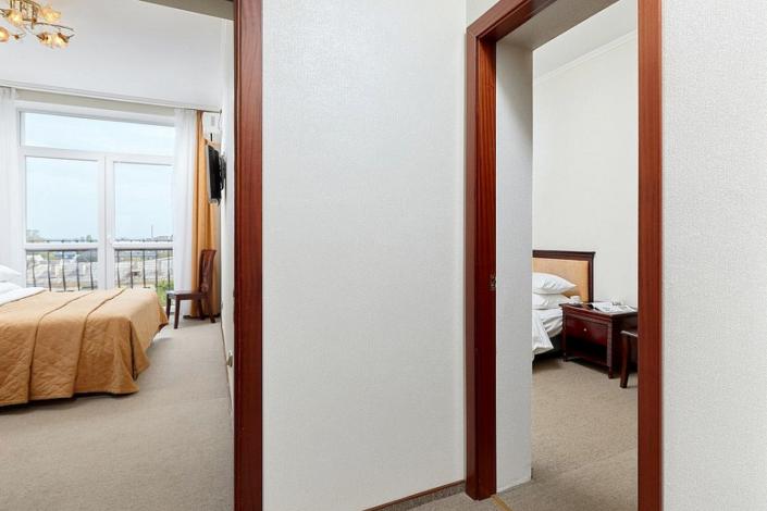 Семейный четырехместный двухкомнатный номер ТЭС-отель Резорт & Спа