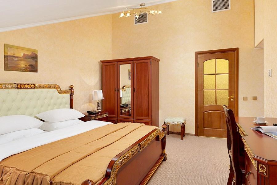 Полулюкс четырехместный двухкомнатный ТЭС-отель Резорт & Спа