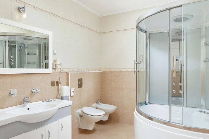 Туалетная комната номера Люкс в ТЭС-отель Резорт & Спа