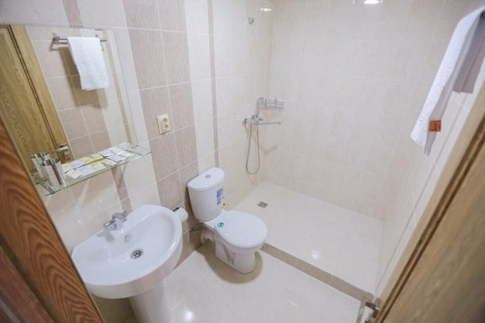 Туалетная комната в номере Travel Hotel, Гагра, Абхазия
