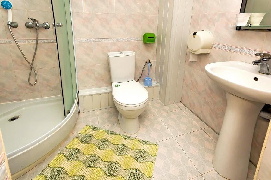 Туалетная комната номера Повышенной Комфортности в пансионате Трехгорка