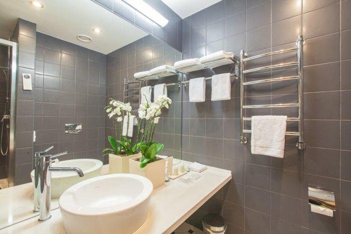 Туалетная комната номера Люкс Tulip Inn Rosa Khutor, Красная Поляна, Сочи