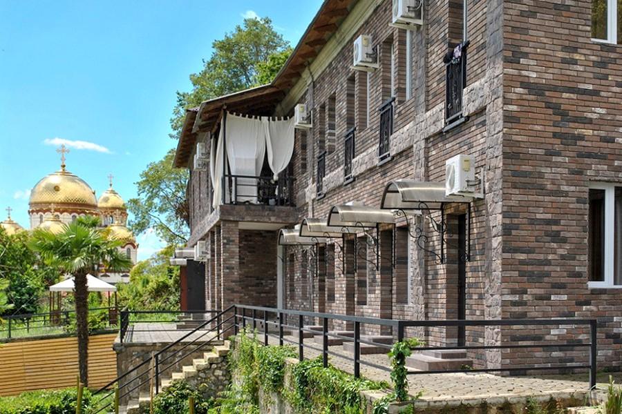 Двухэтажный корпус парк-отеля У монастыря