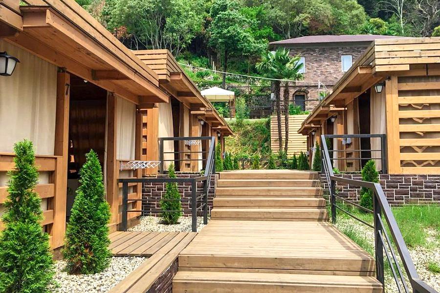 Деревянные коттеджи на территории парк-отеля У монастыря