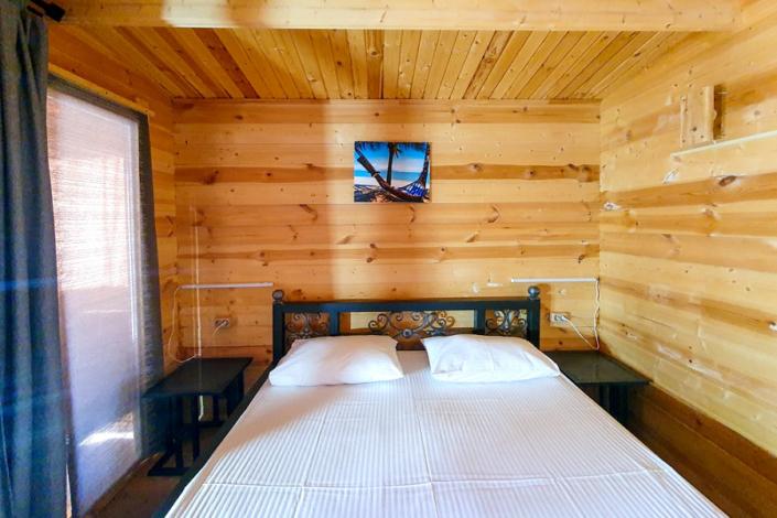 Двухместный деревянный коттедж на территории парк-отеля У монастыря