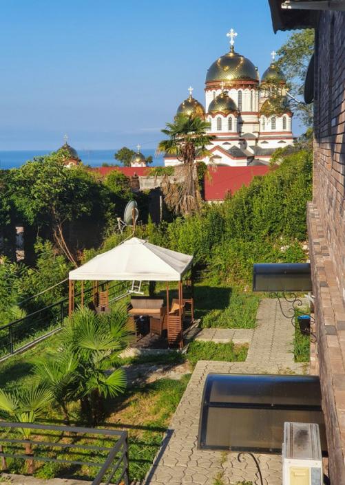 Вид на Новоафонский монастырь с территории парк-отеля У монастыря