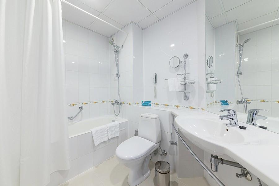 Туалетная комната номера Джуниор Сюит пансионата Урал