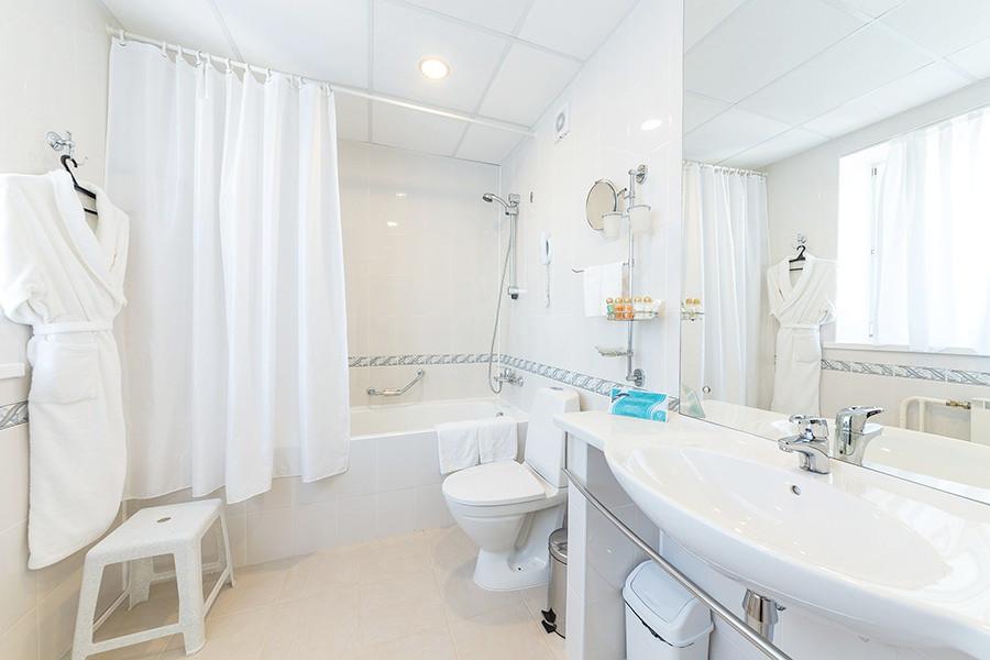 Туалетная комната номера Люкс Семейный пансионата Урал
