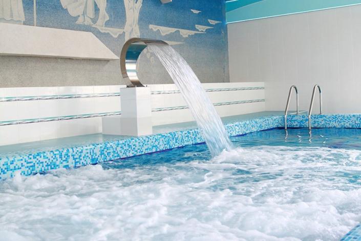 Крытый бассейн с морской водой пансионата Урал