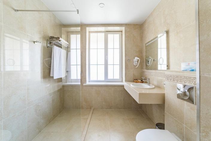 Туалетная комната номера Стандарт пансионата Усадьба Шато Каберне
