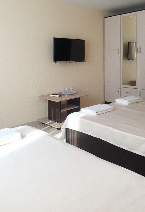 Трехместный номер с удобствами на этаже гостиницы Валентина