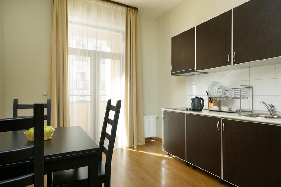 Кухня двухкомнатных апартаментов с отдельной кухней Valset Apartments by Azimut