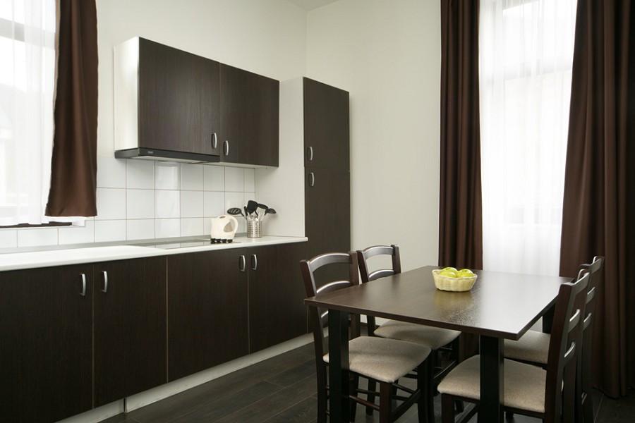 Кухня двухкомнатных двухуровневых апартаментов Valset Apartments by Azimut