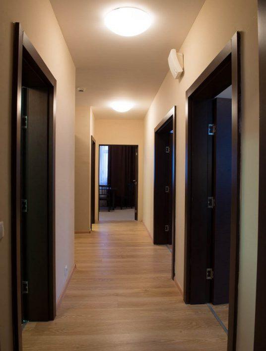 Коридор четырехкомнатных апартаментов Valset Apartments by Azimut