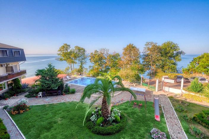 Вид на море и территорию с балкона одного из номеров гостиницы ВатерЛоо