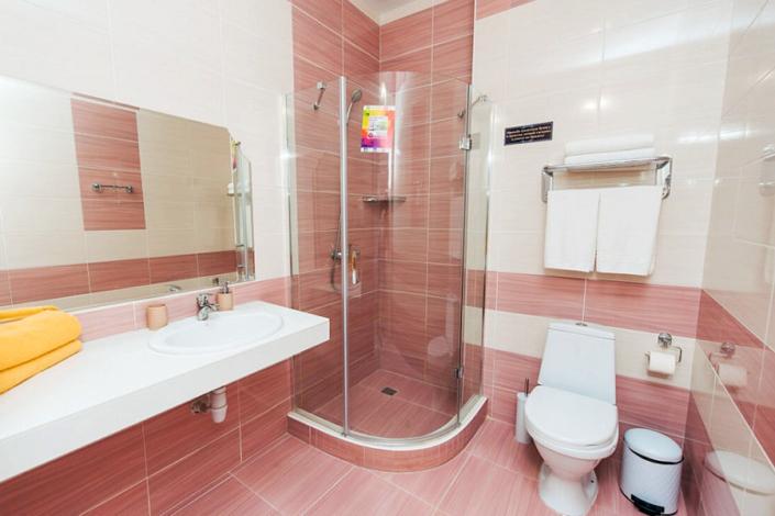 Туалетная комната номера Комфорт трехместный в отеле Venera Resort