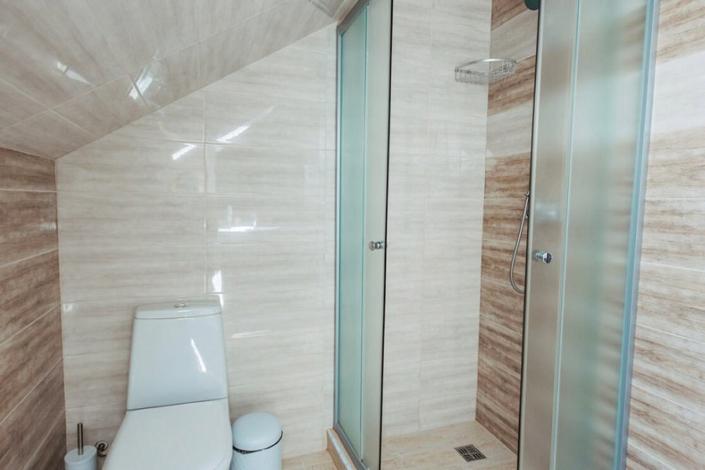 Туалетная комната номера Семейный двухместный в мансарде отеля Venera Resort