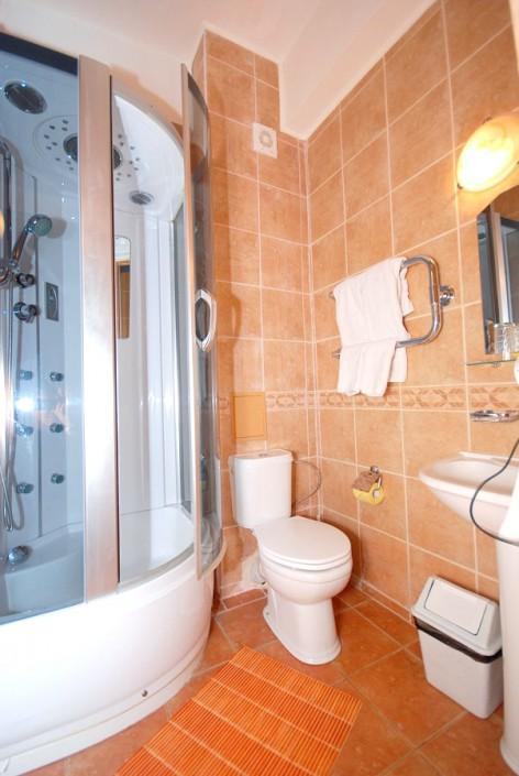 Туалетная комната в номере улучшенной планировки отеля Вилла Анна