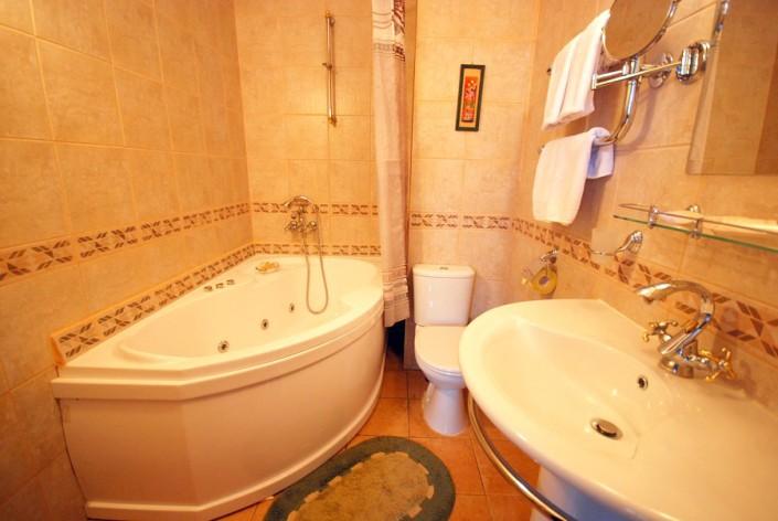 Туалетная комната в номере Изумруд отеля Вилла Анна