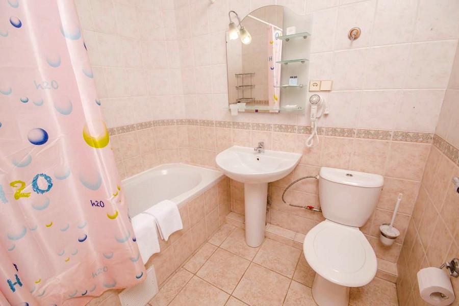 Туалетная комната Улучшенного номера в гостевом доме Вилла Багратион