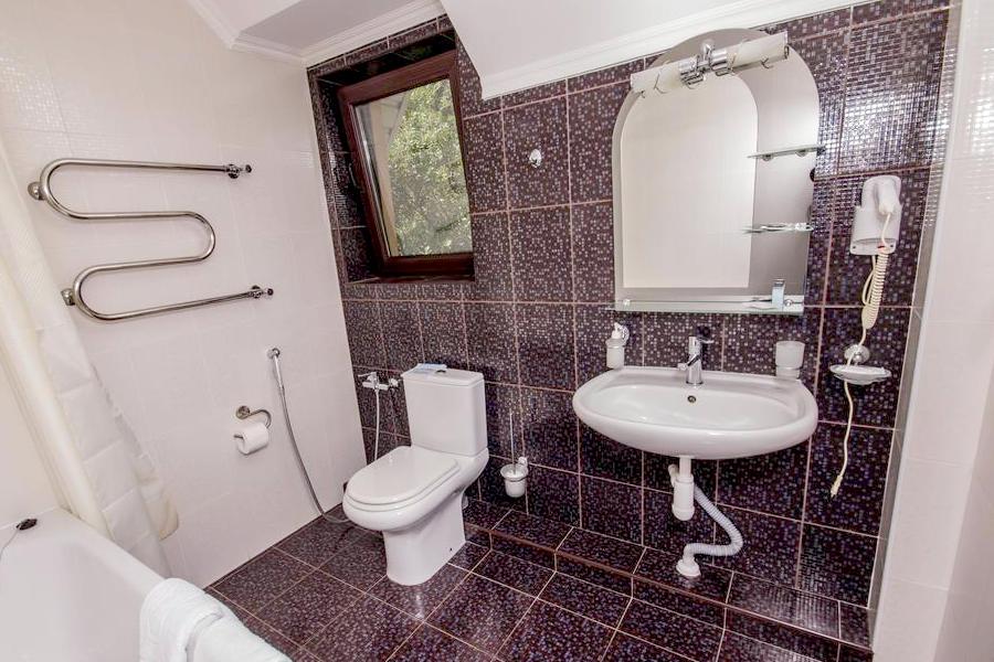 Туалетная комната номера Полулюкс в гостевом доме Вилла Багратион
