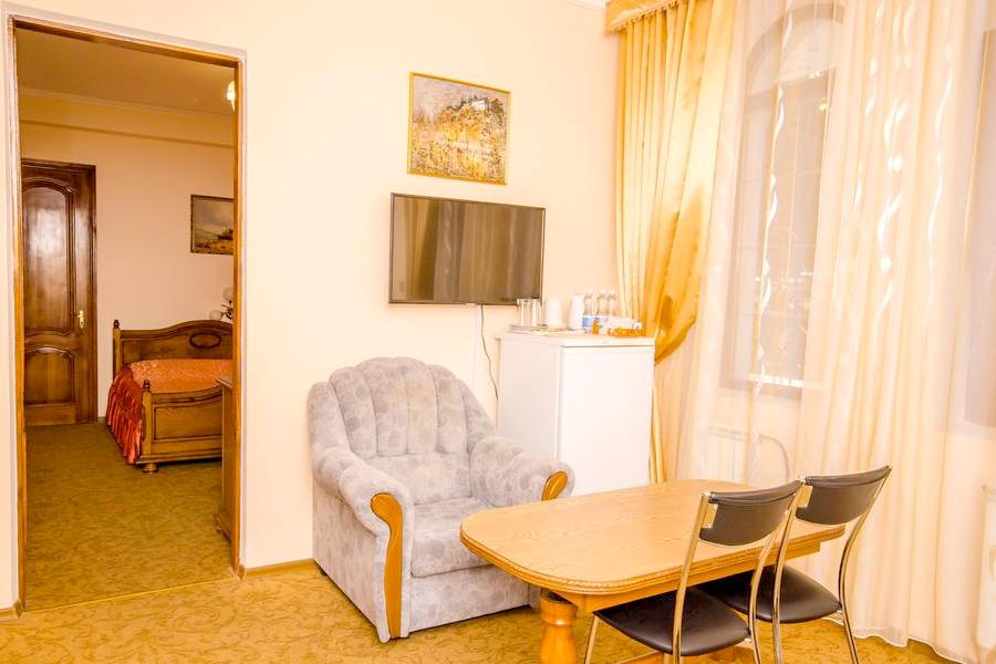 Люкс трехместный без балкона в гостевом доме Вилла Багратион