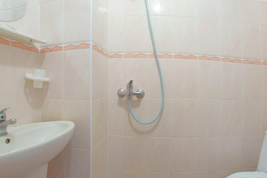 Туалетная комната двухместного номера 2 категории в ТОК Восход