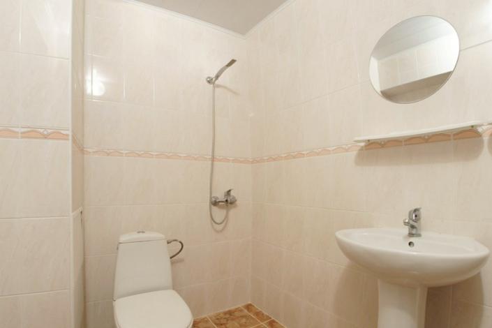 Туалетная комната двухместного двухкомнатного номера в ТОК Восход