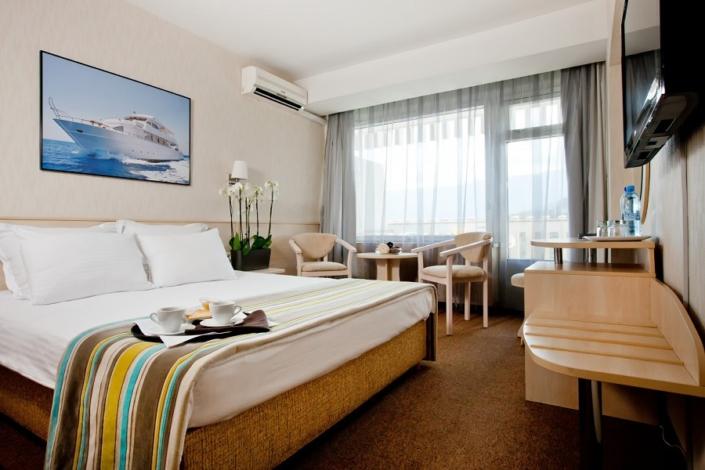 Стандарт двухместный с двуспальной кроватью в отеле Ялта-Интурист