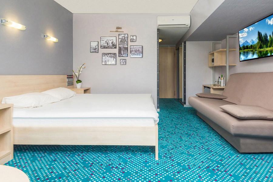 Улучшенный с двуспальной кроватью и диваном в отеле Ялта-Интурист