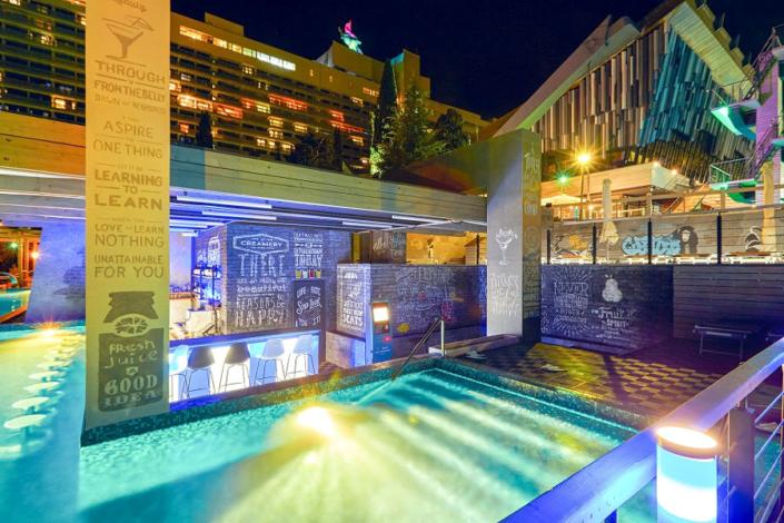 Аква-бар у бассейна отеля Ялта-Интурист