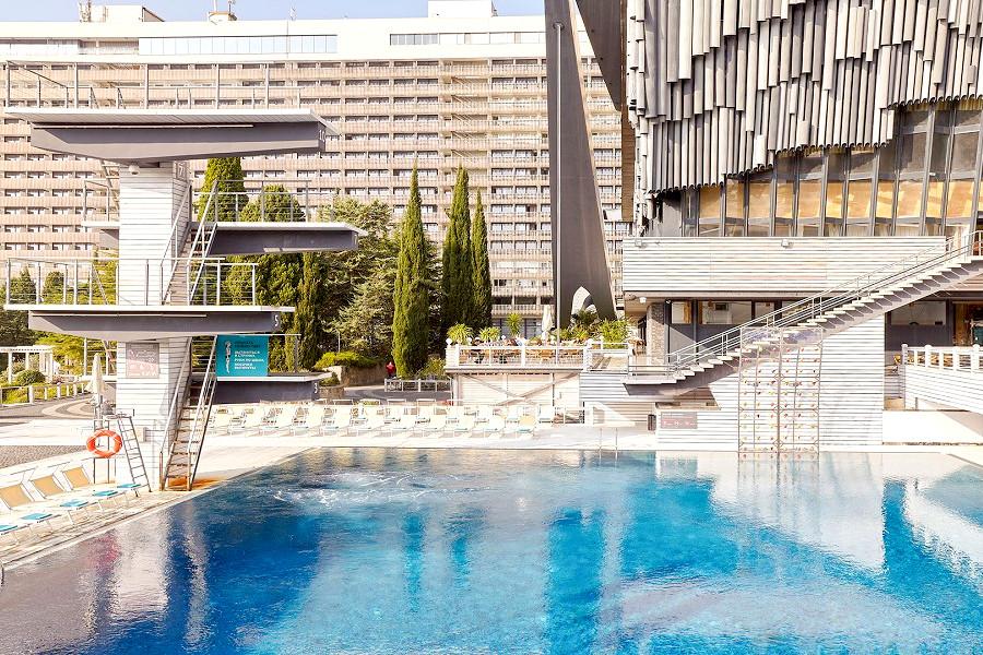 Бассейн с вышкой для прыжков в воду на территории отеля Ялта-Интурист