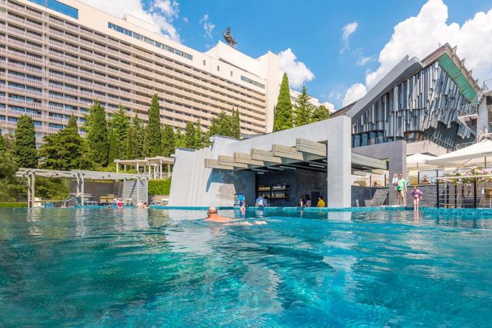 Бассейн с водным баром на территории отеля Ялта-Интурист
