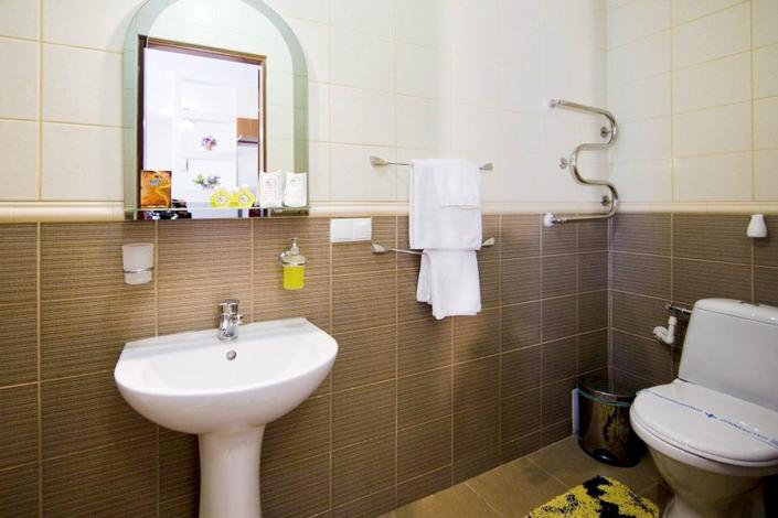 Туалетная комната Улучшенного номера в Корпусе 2 санатория Юрмино