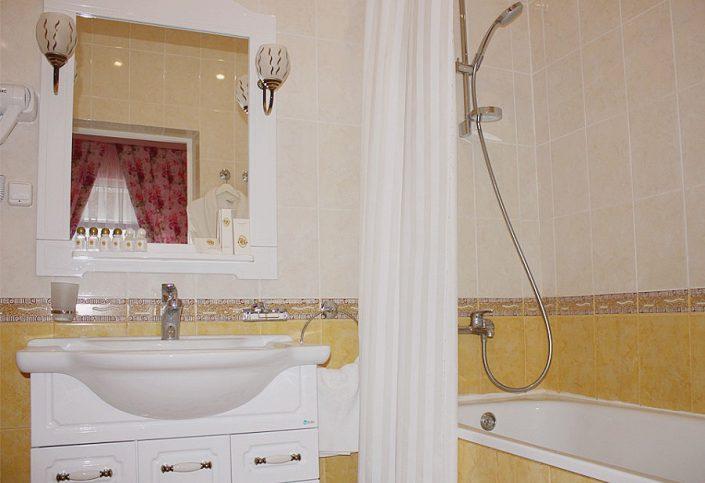 Туалетная комната Стандартного номера повышенной комфортности санатория Южное взморье