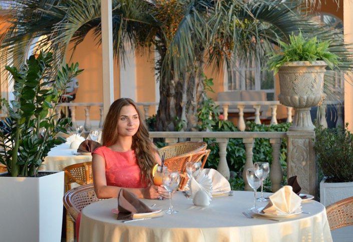 Кафе на летней террасе с видом на море