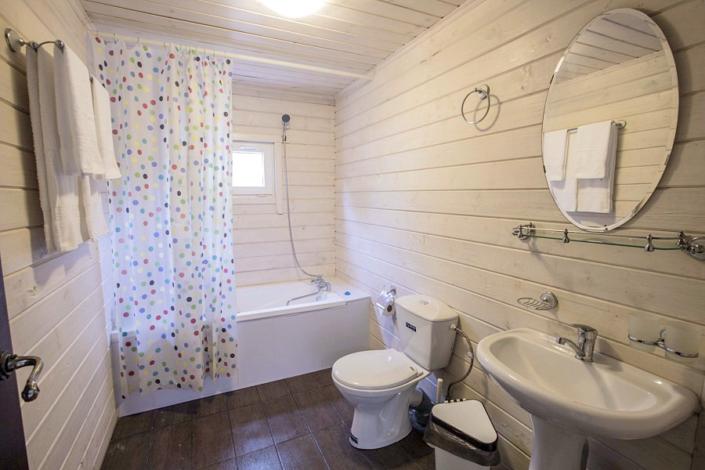 Туалетная комната номера Стандарт двухкомнатный курортного комплекса Заря Анапы