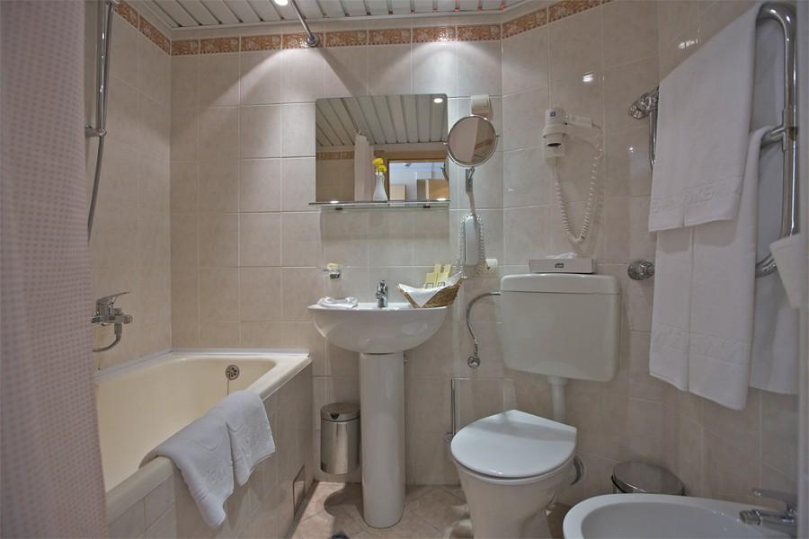 Ванная комната в Стандартном номере гранд-отеля Жемчужина