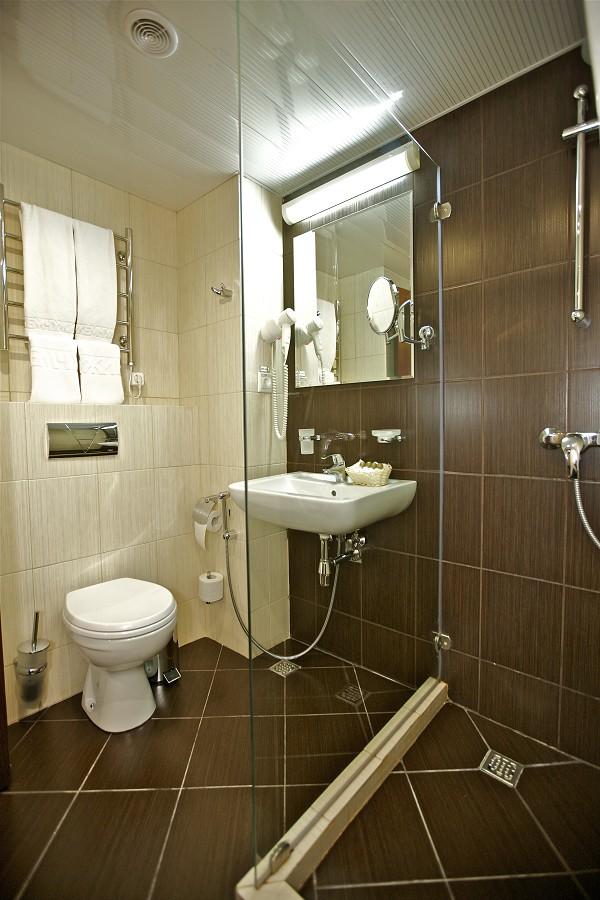 Ванная комната в номере Стандарт Бизнес гранд-отеля Жемчужина