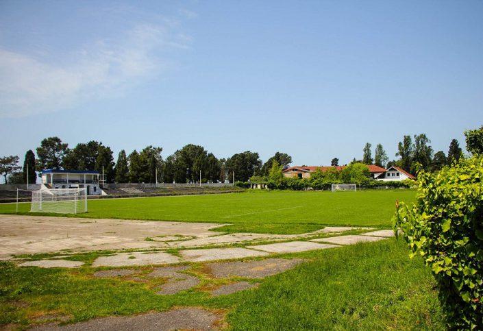 Футбольное поле стадиона расположенного рядом со спорткомплексом Жемчужина