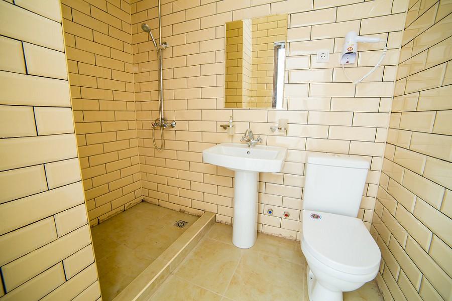 Туалетная комната Стандартного номера гостиницы Жоэквара