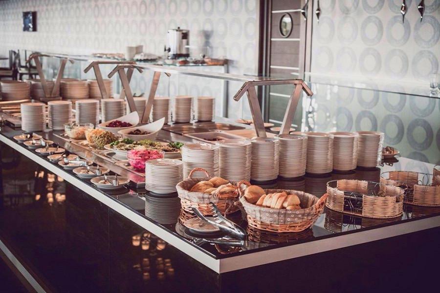 Шведский стол в ресторане отеля Жоэквара