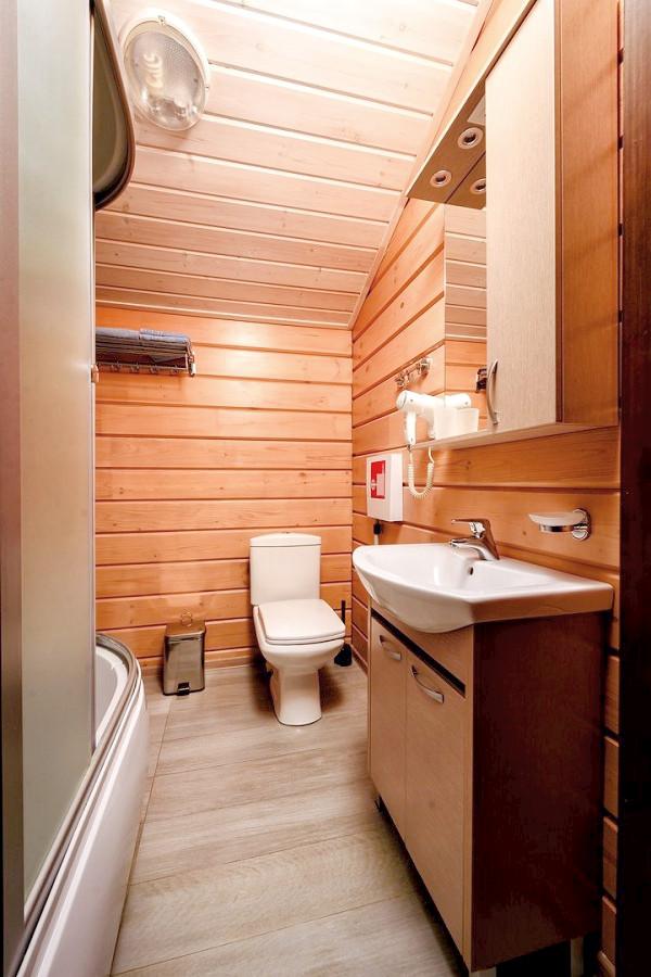 Туалетная комната Стандартного номера, Деревянный корпус отеля Журавли